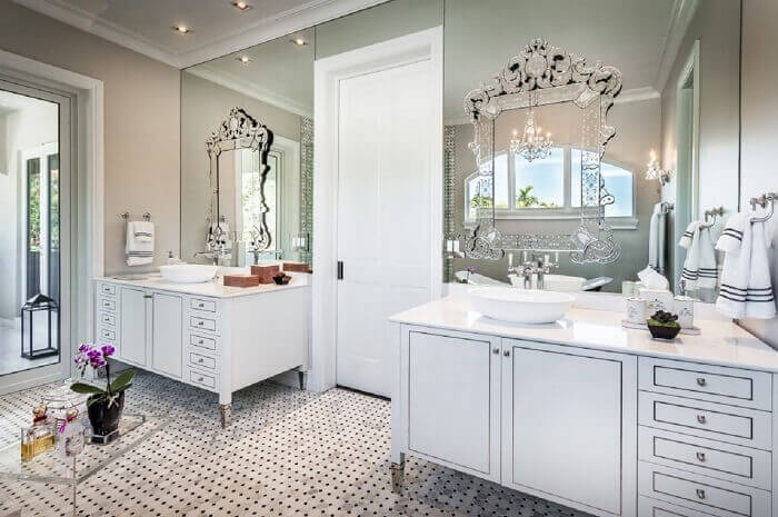 Armário de banheiro clássico encanta a decoração do ambiente