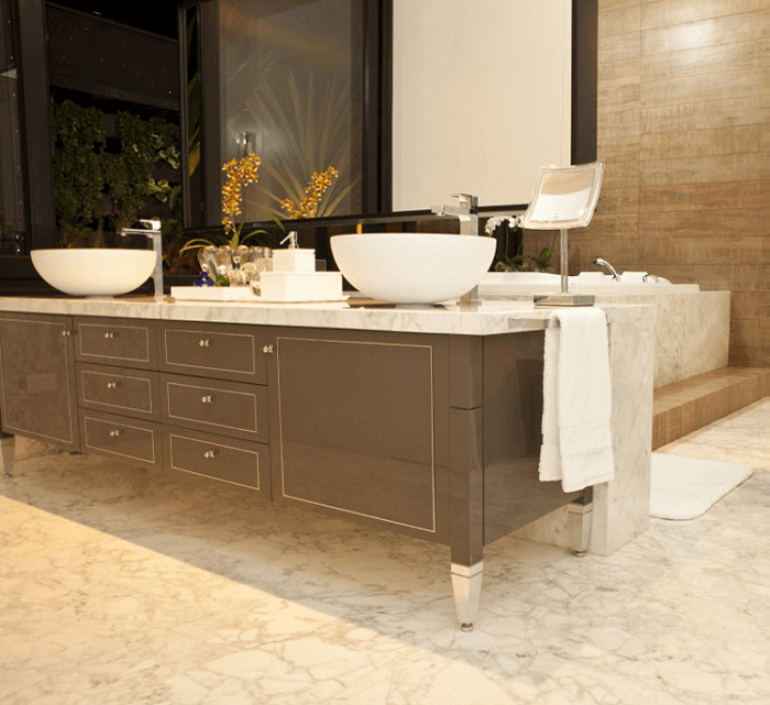 Armário de banheiro com design clássico elegante