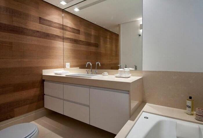 Armário de banheiro com portas brancas