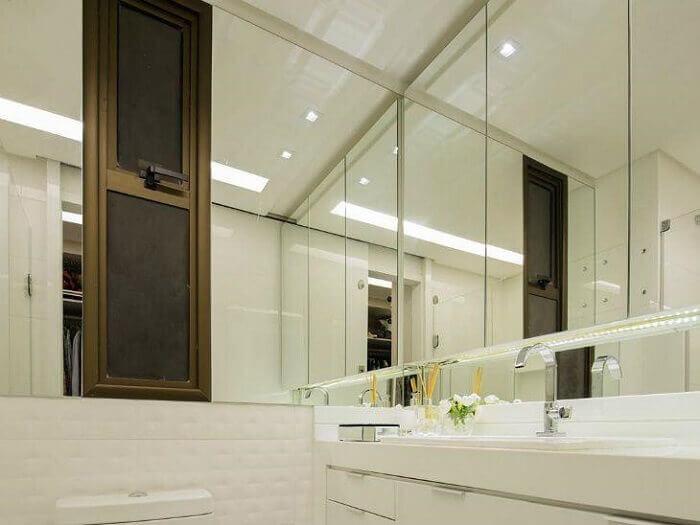 Armário de banheiro com revestimento de espelho dá sensação de amplitude no cômodo