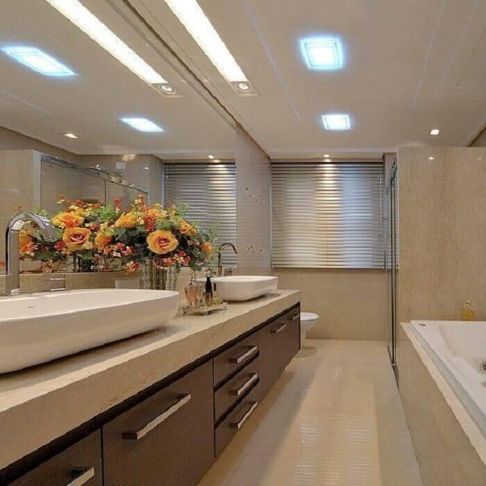 Armário de banheiro extenso com várias gavetas