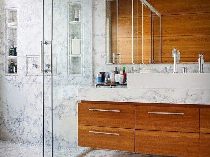 Armário de banheiro feito com estrutura de madeira e bancada de mármore