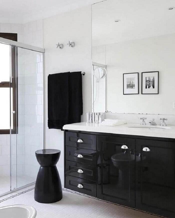 Armário de banheiro preto com bancada branca