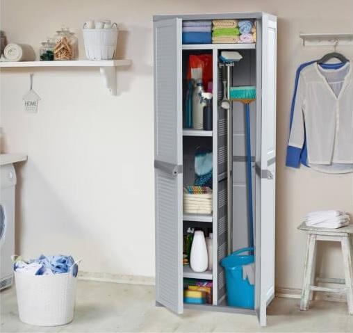 Armário multiuso lavanderia com itens de limpeza