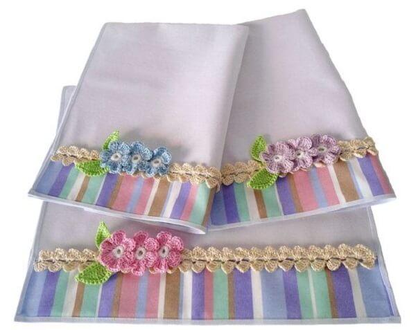 Artesanato em tecido com detalhe colorido