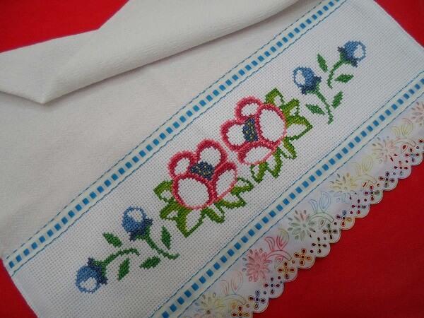Artesanato em tecido com pano de prato bordado