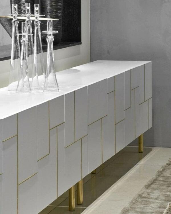 As linhas douradas ganham destaque no buffet para sala de jantar branco