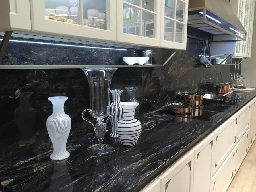 Bancada de cozinha com mármore preto - Foto bupamalaysia