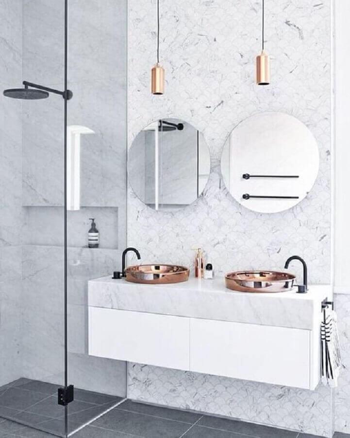 Banheiro com mármore carrara e pendente e cuba rose gold -fonte Designstuff