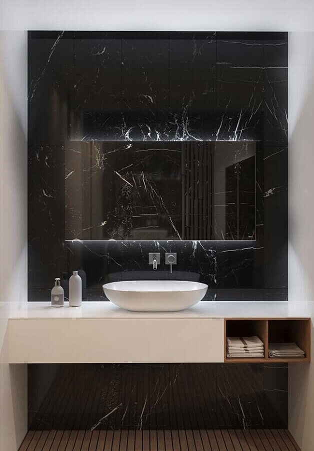 Banheiro com mármore preto para parede e bancada branca - Foto Pinterest