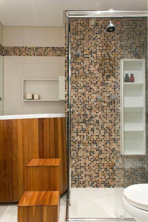 Banheiro com ofurô e escada de madeira Projeto de Semira Misalice Assunção Simões