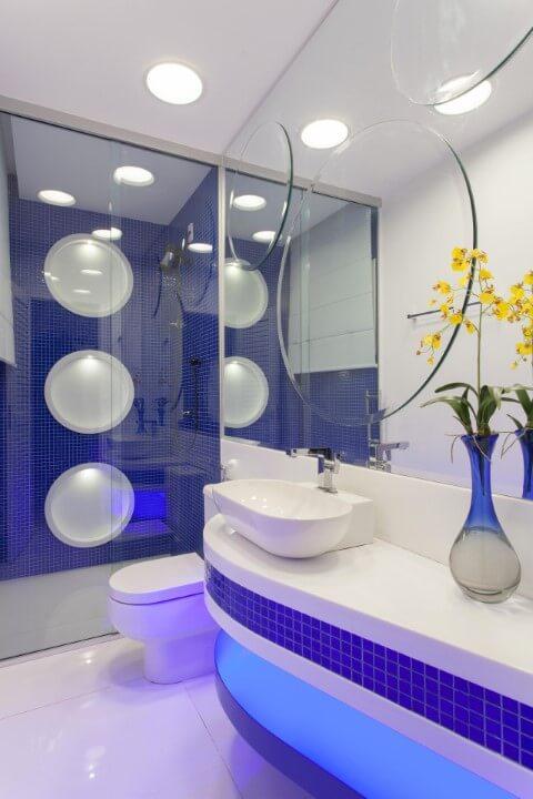 Banheiro com pastilhas em tons de azul Projeto de Aquiles Nicolas Kilaris