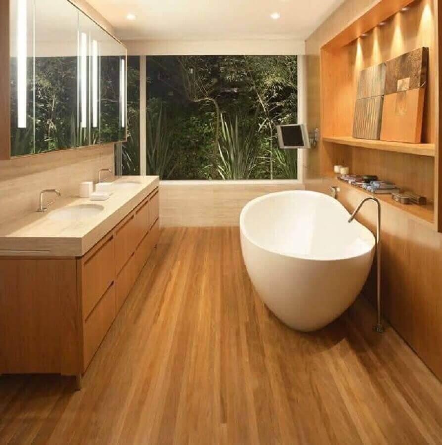 Banheiro luxuoso com revestimento em madeira e mármore travertino - Foto pinterest