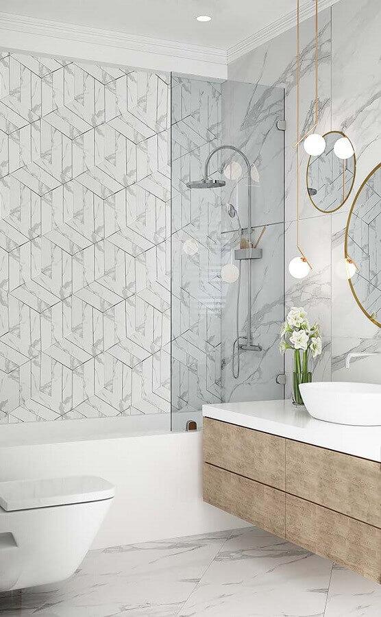Banheiro moderno com mármore branco carrara e detalhes dourados -Fonte Pinterest