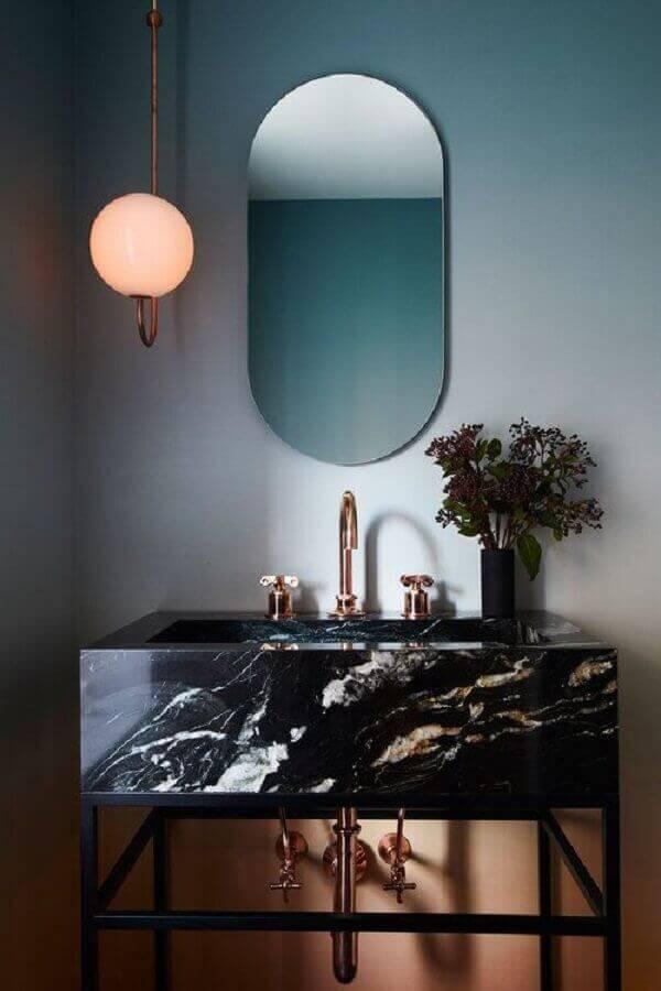 Banheiro moderno com mármore preto - Foto Nicole Franzen