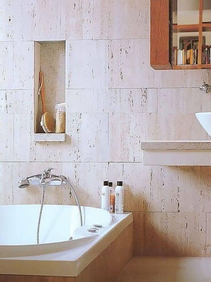 Banheiro rústico com mármore travertino - Foto pinterest