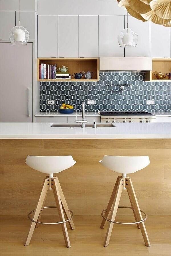Banquetas para cozinha com assento branco e pernas de madeira
