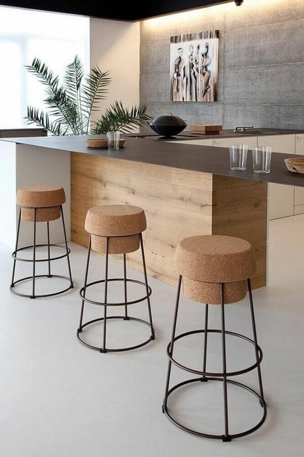 Banquetas para cozinha com acentos de rolha e pernas de madeira