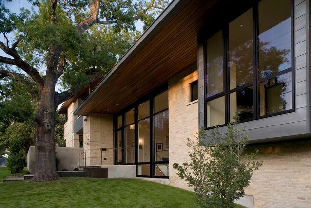 Casa de alvenaria com parede de tijolos à vista pelo lado externo