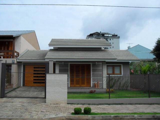 Casa de alvenaria com paredes cinzas
