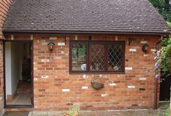 Casa de alvenaria com tijolos expostos na área externa