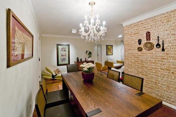 Casa de alvenaria com tijolos expostos na sala de jantar Projeto de Enzo Sobocinski
