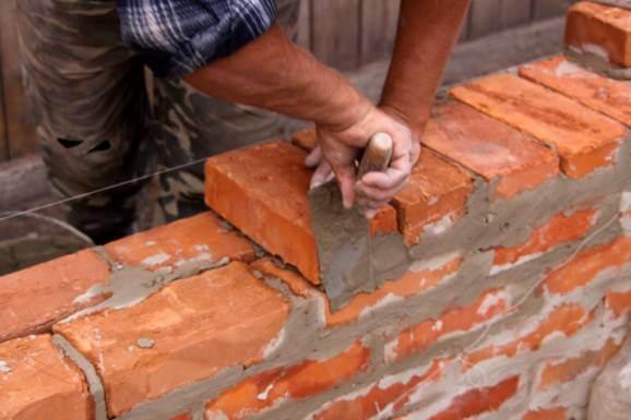 Casa de alvenaria sendo construída