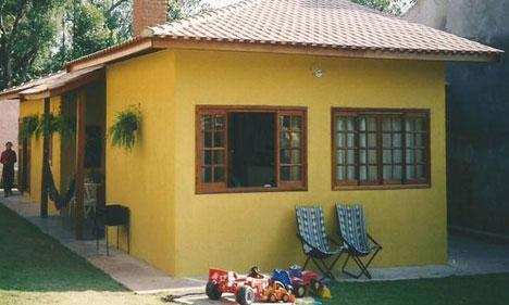 Casa de alvenaria simples pintada de amarelo