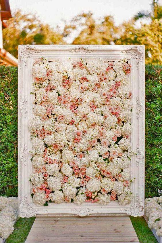Casamento com painel de flores em tons de rosa