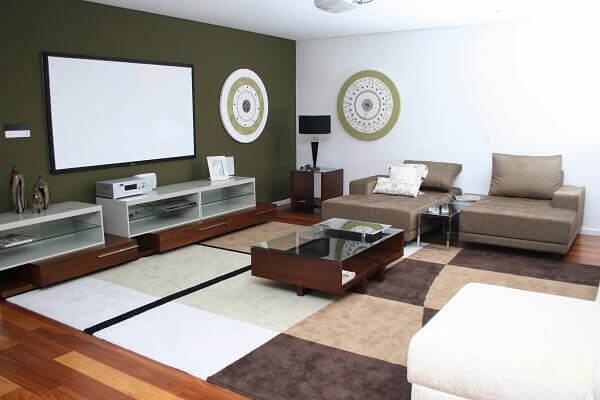 Cores para sala de tv com parede em destaque