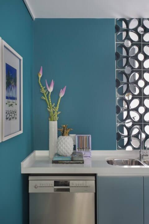 Cozinha americana com paredes e armário em tons de azul Projeto de Yamagata