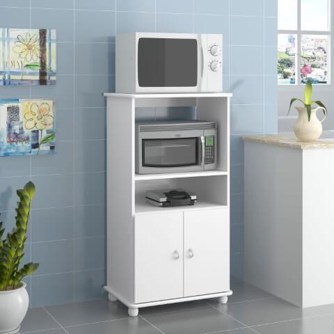 Cozinha com armário multiuso com espaço para eletrodomésticos