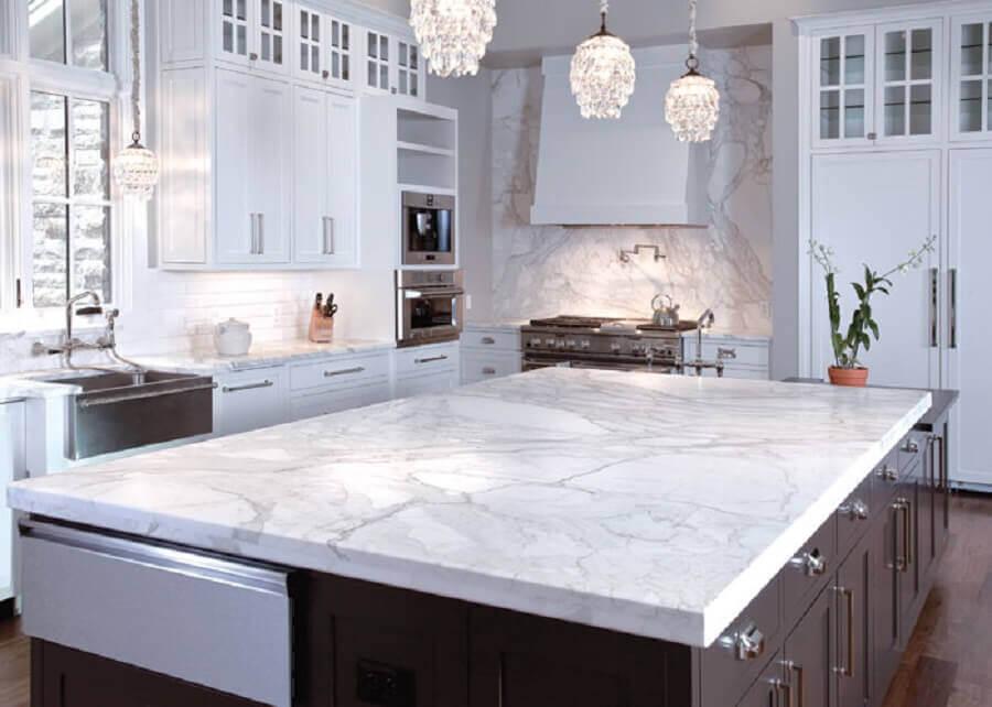Cozinha com ilha marrom e mármore carrara -Fonte NORBANDYS