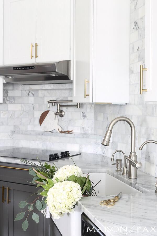 Cozinha com mármore branco - Foto maison de pax