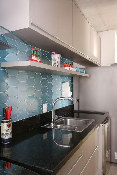 Cozinha compacta com revestimento em tons de azul Projeto de Juliana Muchon