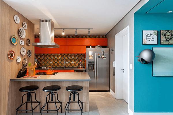 cozinha decorada com os tons de azul e laranja