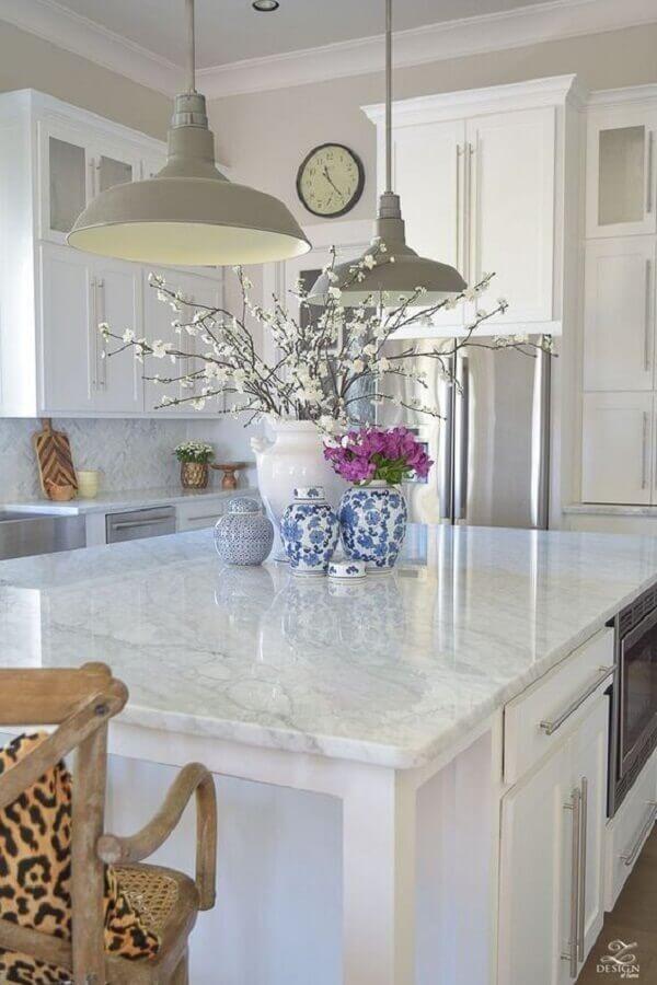 Cozinha decorada com pendentes modernos e mármore branco - Fonte Pinterest