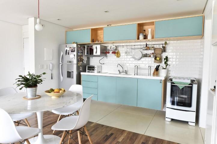 Cozinha integrada e armários em tons de azul Projeto de Carla Cuono