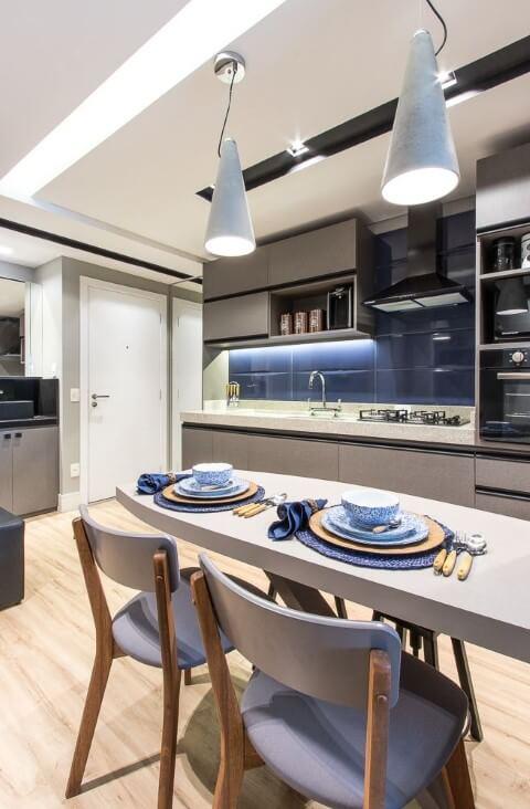 Cozinha moderna em tons de azul e cinza Projeto de Mauren Buest