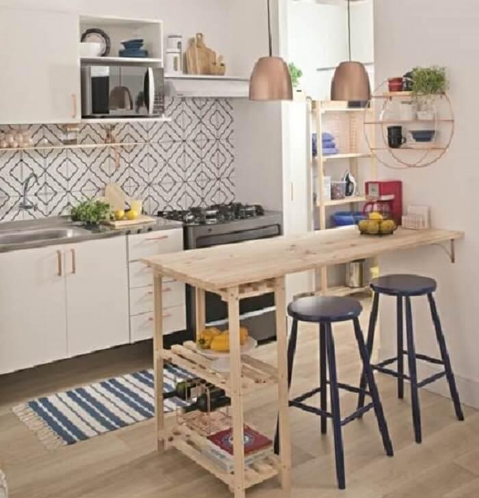 Cozinha pequena com bancada de madeira