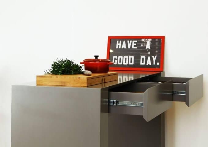 Cozinha planejada com gaveteiro cinza Projeto de Anna Paula Moraes