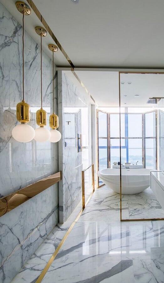 Decoração banheiro moderno e luxuoso com mármore carrara e detalhes em dourado - Fonte Pinterest