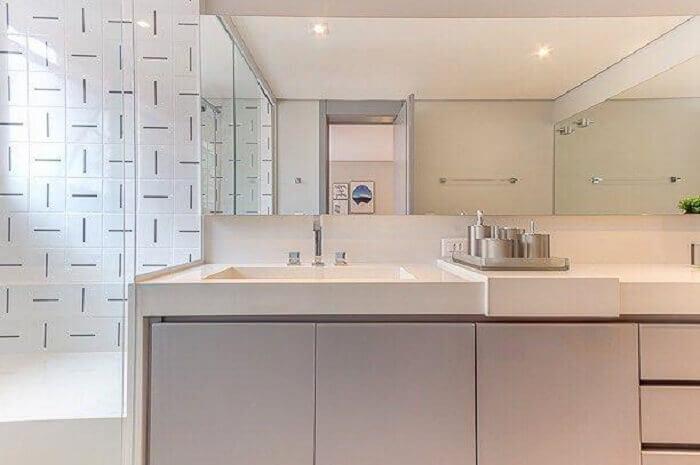 Decoração clássica com armário de banheiro em tons claros