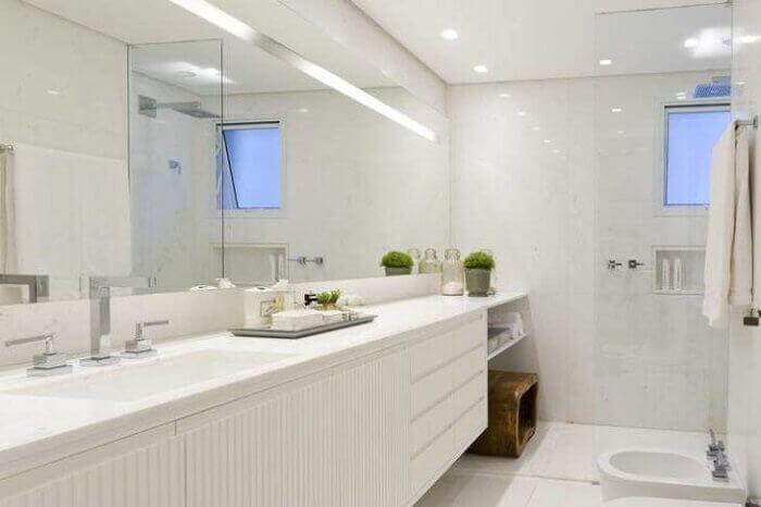 Decoração clean com armário de banheiro branca