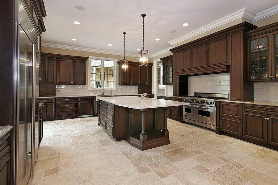 Decoração cozinha ampla com piso de mármore travertino - Foto zachary horne