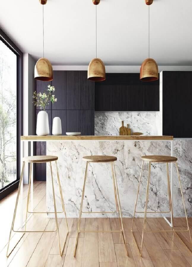 Decoração cozinha moderna com armário preto pendente dourado e mármore branco carrara - pinterest
