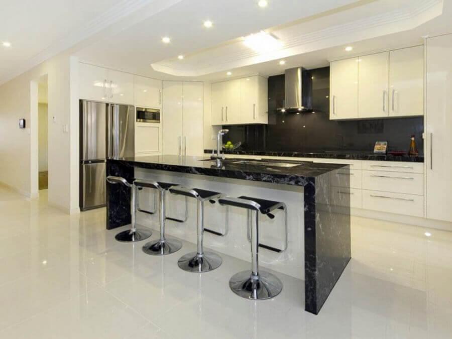 Decoração cozinha toda branca com bancada em mármore preto - Foto manohome