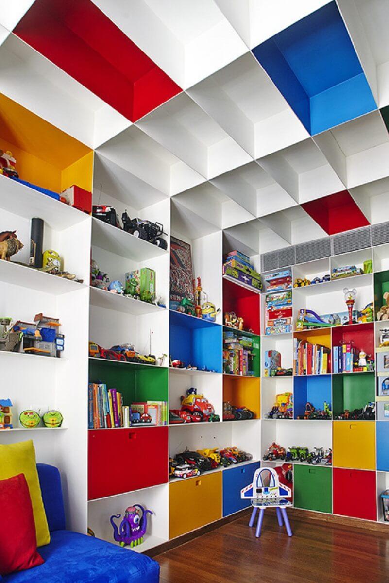 Decoração de quarto infantil com nichos coloridos