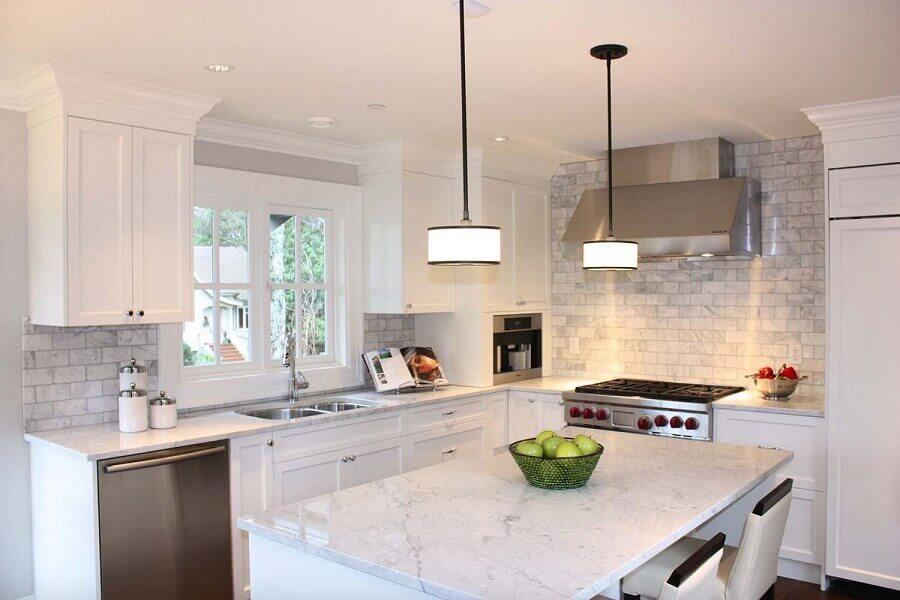 Decoração para cozinha com ilha e mármore branco carrara -Fonte one kindesign