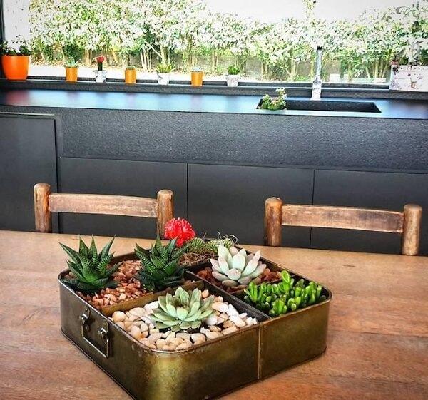 Decore a mesa de jantar com um lindo vaso de suculenta